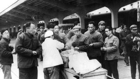 Los viajeros chinos compran su desayuno a un vendedor ambulante en la estación de trenes de Chunghow en 1975. El primer ministro Li Keqiang ha sugerido que más vendedores ambulantes podrían ayudar a solucionar una inminente crisis laboral.