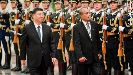 El presidente de Kiribati, Taneti Maamau, asiste a una ceremonia de bienvenida en el Gran Salón del Pueblo en Beijing junto al presidente chino, Xi Jinping, en enero.