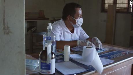 Elias Magin se sienta dentro de la clínica en Caimito.