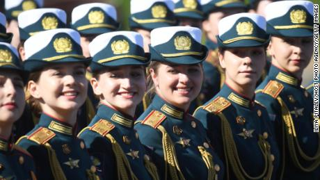 Desfile de formaciones antes de la marcha por la Plaza Roja de Moscú.