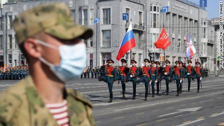 Un soldado ruso lleva una máscara facial en la plaza Lenin durante el desfile.