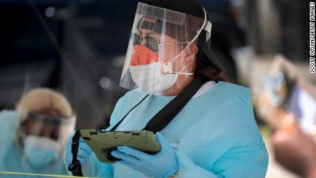 El gobernador de Texas insta a las personas a quedarse en casa mientras los estados informan sobre oleadas de nuevos casos de Covid-19