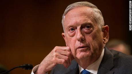 James Mattis insta a los estadounidenses a usar máscaras y dice que el virus & # 39; no va a desaparecer por sí solo & # 39; en coronavirus PSA