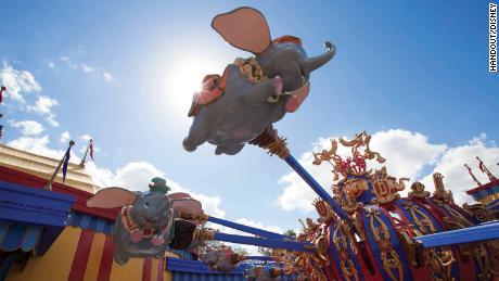 Los trabajadores de Disney World solicitan retrasar la reapertura a medida que aumentan los casos de coronavirus de Florida