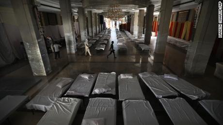 Un salón de banquetes que normalmente se usa para bodas se ha convertido en un improvisado hospital de coronavirus a medida que la capital india lucha por contener un pico en los casos.