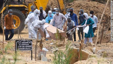 Una persona que murió de Covid-19 está enterrada en el cementerio Jadid Qabristan Ahle Islam, el 19 de junio, en Nueva Delhi, India.