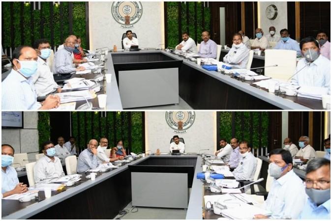 AP CM YS Jagan Mohan Reddy con funcionarios en la reunión de revisión