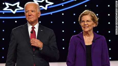 Biden y Warren llegan al escenario para el cuarto debate primario demócrata de la temporada de campaña presidencial de 2020, coorganizado por The New York Times y CNN en la Universidad de Otterbein en Westerville, Ohio, el 15 de octubre de 2019.