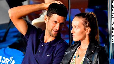 El tenista serbio Novak Djokovic (L) habla con su esposa Jelena durante un partido en el Adria Tour, el torneo de tenis solidario de los Balcanes de Novak Djokovic en Belgrado el 14 de junio de 2020.
