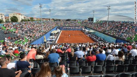 Espectadores que miran partidos en el Adria Tour en Zahar, Croacia, el domingo 21 de junio de 2020. Más tarde ese día, el tenista Grigor Dimitrov dijo que había dado positivo por Covid-19, lo que condujo a la cancelación de todo el Adria Tour.