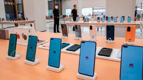 Los teléfonos inteligentes se muestran en una tienda Huawei antes de su apertura en Shanghai este mes.