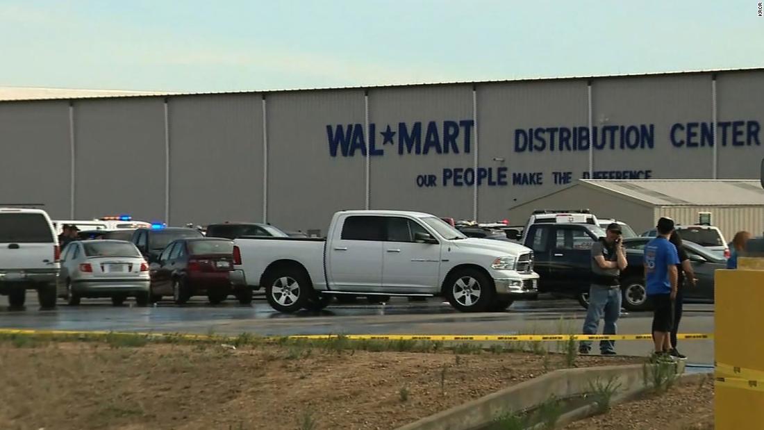 Al menos 2 muertos, 4 heridos en tiroteos en el centro de distribución Walmart de California, dicen las autoridades