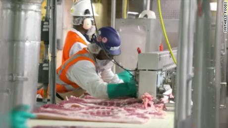 ¿Por qué las plantas de procesamiento de carne se han convertido en focos de Covid-19?