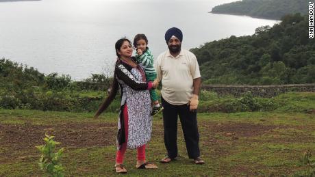 Lakhjeet Singh, de 68 años, dio positivo por Covid-19 pero no pudo encontrar un hospital para admitirlo. Se lo representa con su hija y su nieta.