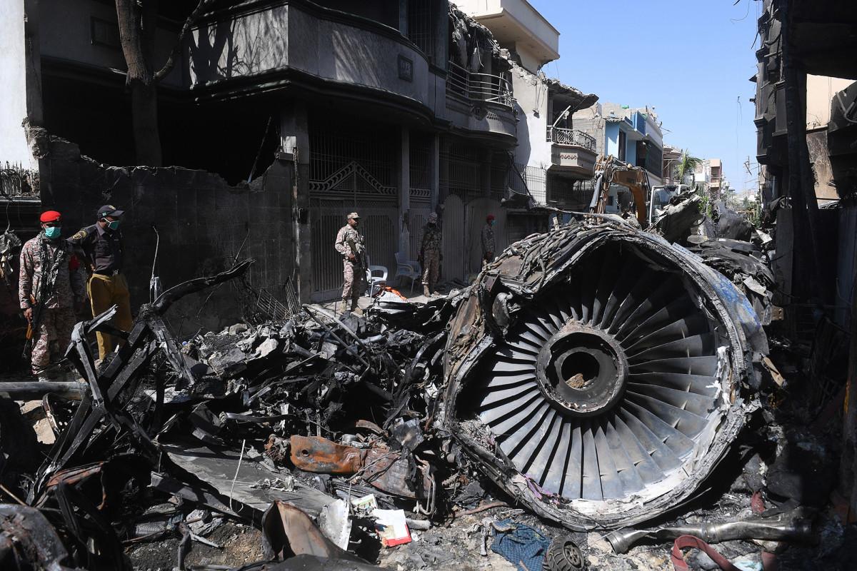 Avión de pasajeros de Pakistán se estrelló después de que los pilotos fueron distraídos por coronavirus