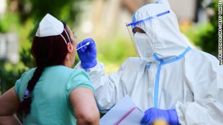 Las autoridades de salud en el área están evaluando a cualquier persona que pueda haber sido infectada.