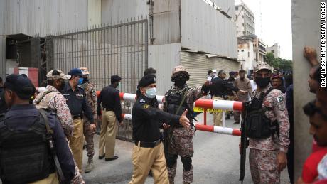 El personal de seguridad se reúne en la entrada principal del edificio de la Bolsa de Valores de Pakistán en Karachi el 29 de junio de 2020.