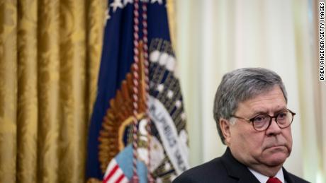 Los fiscales acusan a Barr y al Departamento de Justicia de politizar las investigaciones