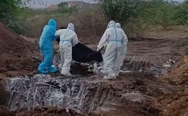 Cuerpos de víctimas de COVID-19 arrojados a una tumba masiva en el distrito Ballari de Karnataka