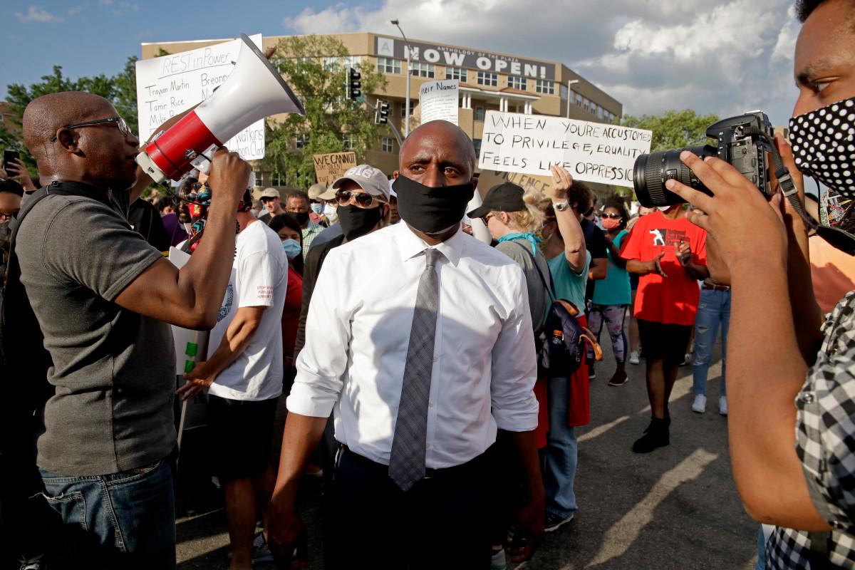 El alcalde de Kansas City recibe amenazas racistas después de emitir una orden de máscara