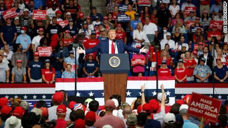 Trump difunde nuevas mentiras sobre el fraude electoral respaldado por extranjeros, avivando los temores de una & # 39; elección manipulada & # 39; este noviembre