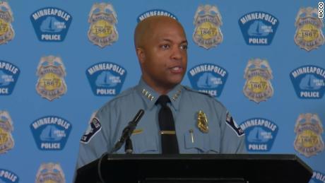 Jefe de policía de Minneapolis dice oficiales & # 39; la falta de experiencia no es excusa para matar a George Floyd