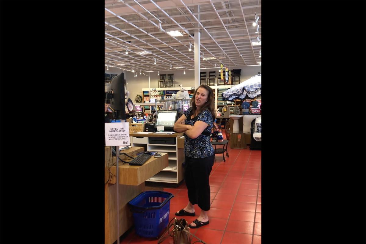 El video muestra a una mujer tosiendo en un paciente con cáncer en una tienda de Florida