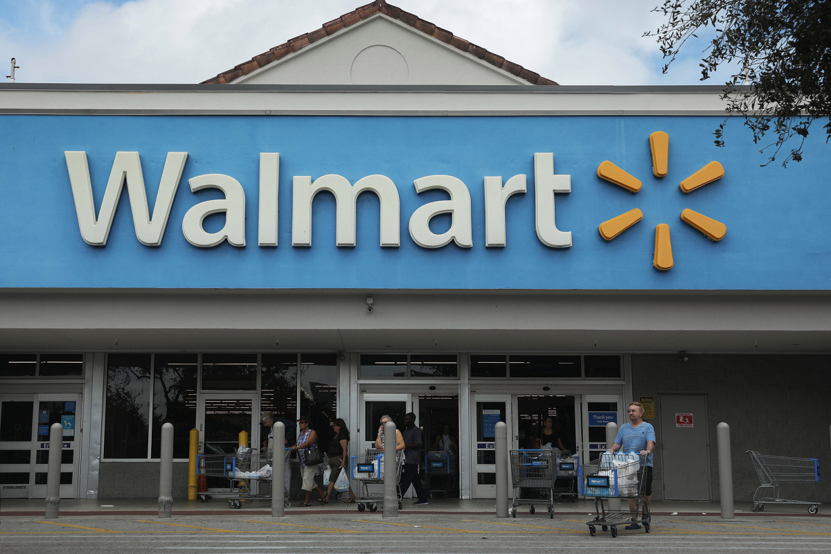 Man refusing to wear mask fights his way into Walmart in Florida