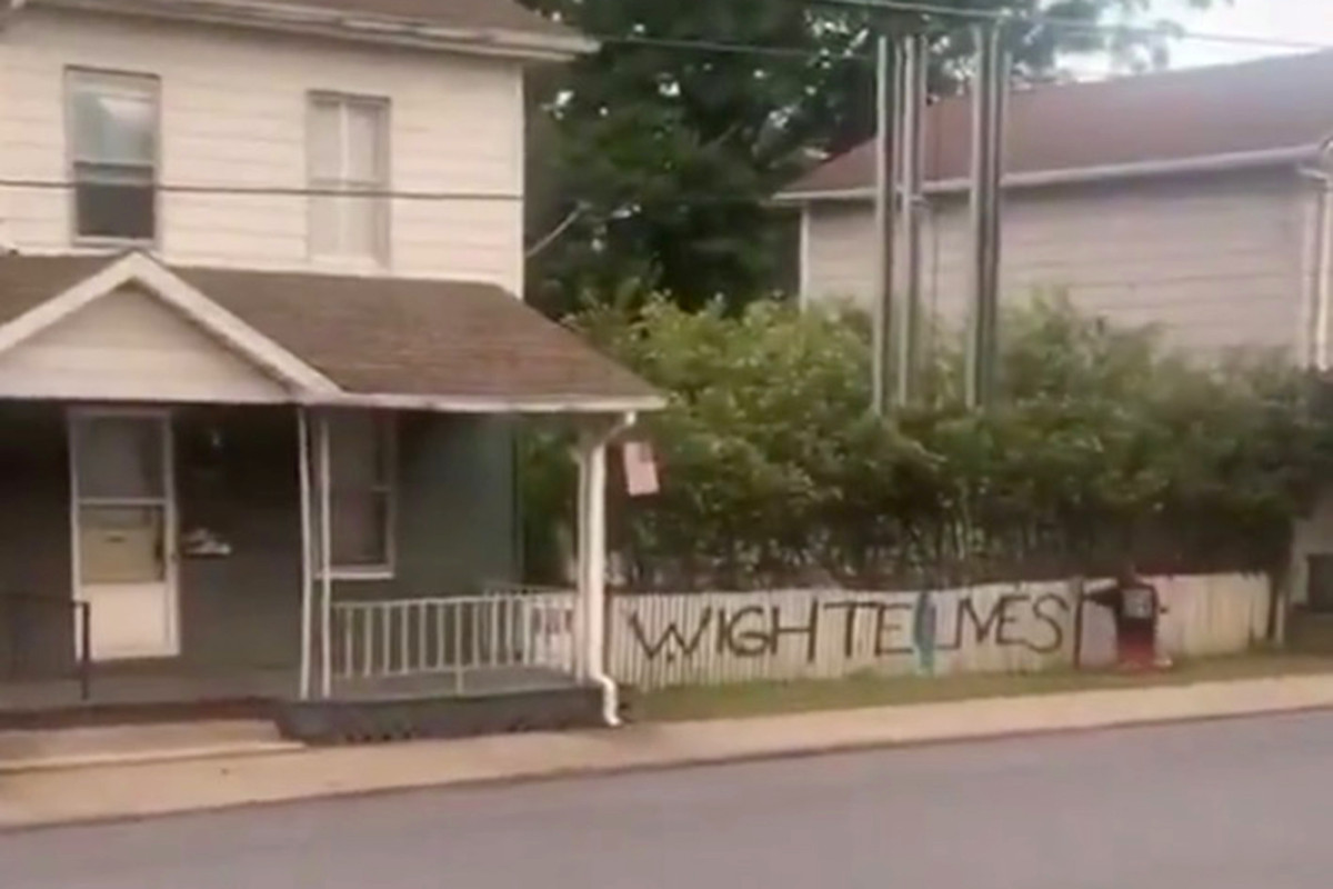 Hombre capturado en video pintando el graffiti 'Wight Lives Matter'