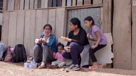 Caminó cientos de millas con sus hijas al Amazonas para escapar de Covid-19