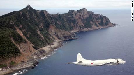 Un avión militar japonés vuela sobre las islas Senakuku / Diaoyu en esta foto de archivo.