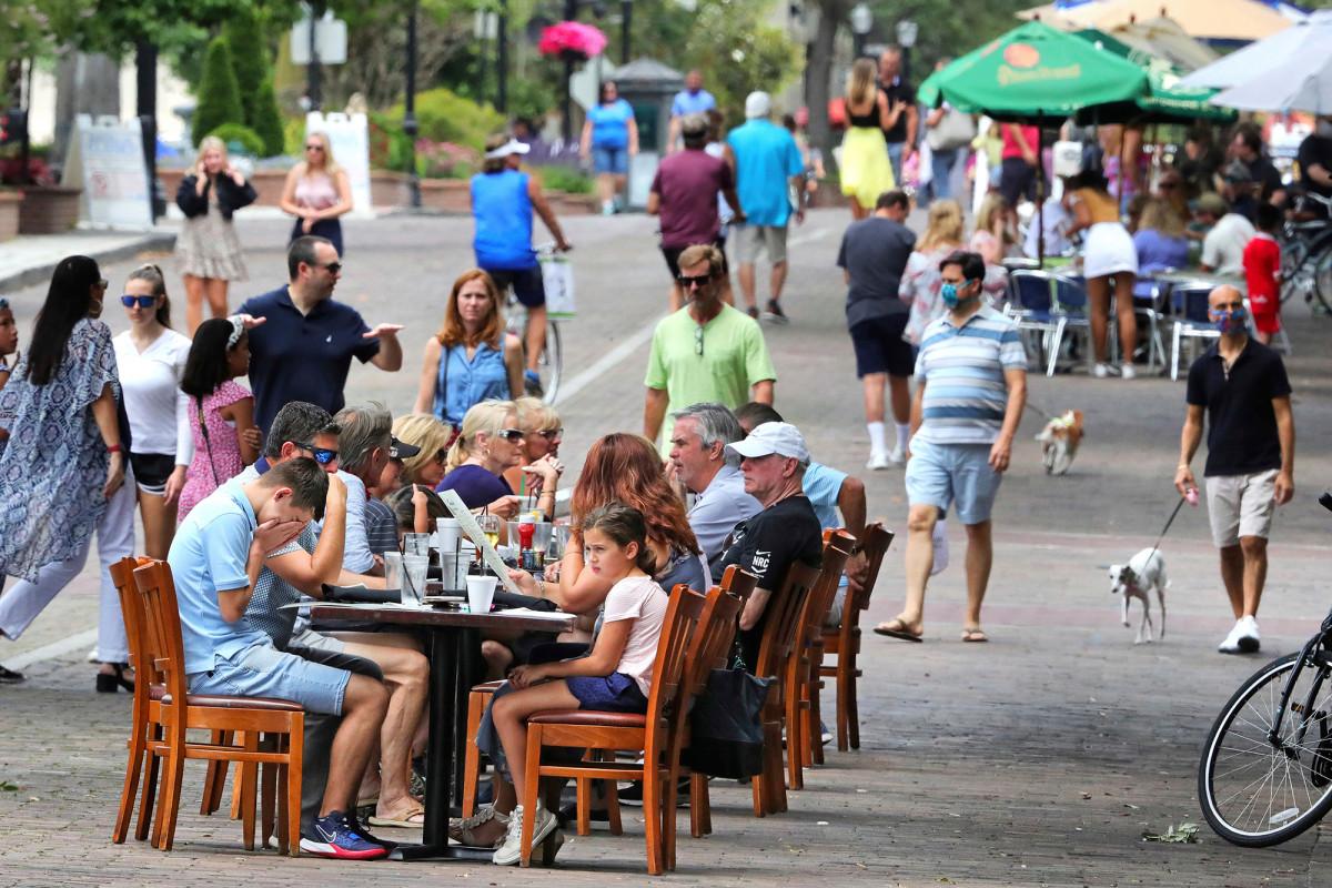 Los bares y restaurantes de Orlando cierran voluntariamente en medio de un pico de coronavirus