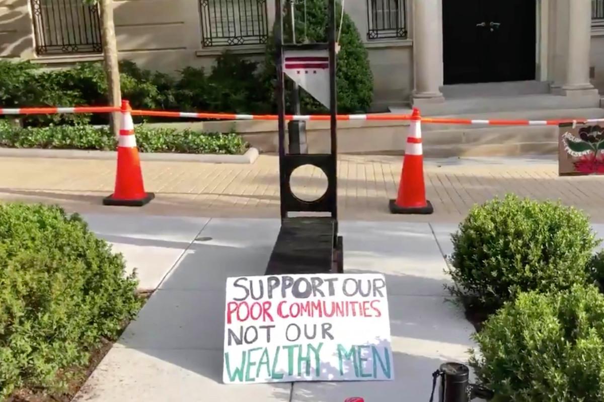 Los manifestantes instalaron guillotina frente a la casa de Jeff Bezos en DC