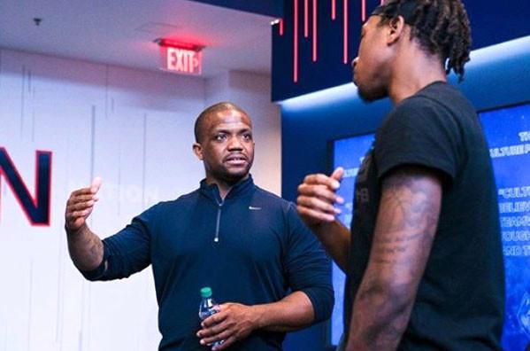 Maurice Clarett cambiando la vida como consultor para el baloncesto de la UConn