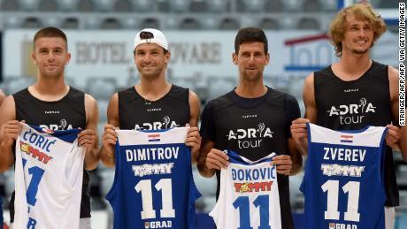 Borna Coric, Grigor Dimitrov, Novak Djokovic y Alexander Zverev (de izquierda a derecha) posan para una foto grupal antes de un partido de exhibición de baloncesto en Zadar, Croacia.