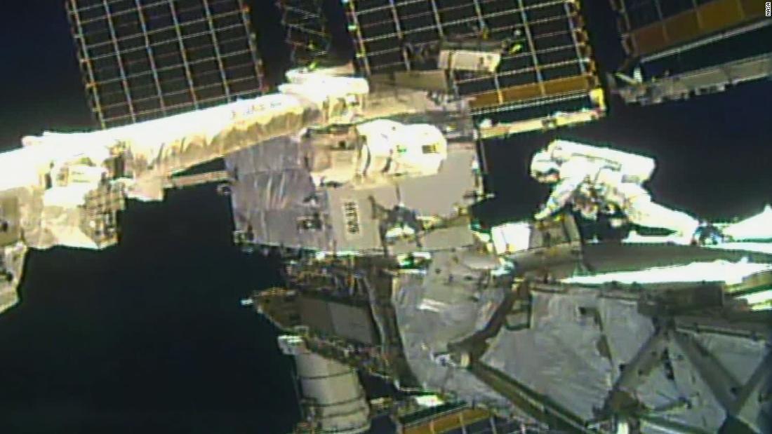 Los astronautas de la NASA realizan una segunda caminata espacial para actualizaciones de energía de la estación espacial