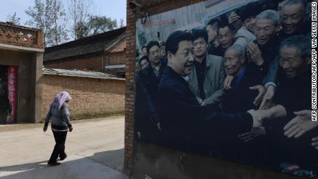 Esta foto tomada en septiembre de 2017 muestra una cartelera con una foto del presidente de China, Xi Jinping, visitando a los residentes en la aldea de Zhangzhuang en Lankao, en la provincia central china de Henan.