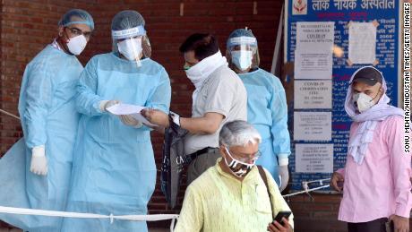 A medida que Delhi se convierte en la capital del coronavirus de la India, sus hospitales están luchando para hacer frente