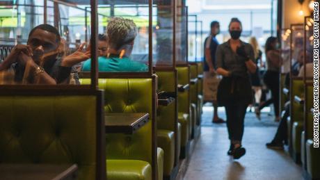 Cenas interiores y exteriores: ¿qué mesas de restaurante son más seguras?