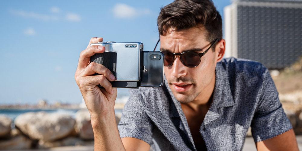 Una persona que toma una foto en su cámara usando un accesorio de agarre