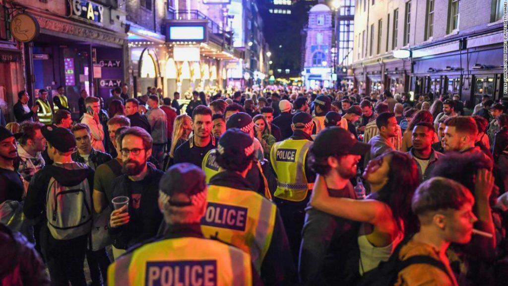 Los pubs vuelven a abrir en Inglaterra cuando un oficial de policía advierte sobre la falta de distanciamiento social