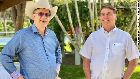 Bolsonaro asistió a un evento de conmemoración del 4 de julio con el embajador de los Estados Unidos en Brasil, Todd Chapman, el sábado, según una foto publicada en la página oficial de Facebook del presidente.