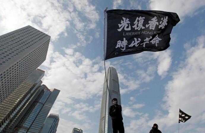 Un manifestante antigubernamental agita una bandera durante una protesta en Edinburgh Place en Hong Kong, China, el 12 de enero de 2020. REUTERS / Navesh Chitrakar / Files