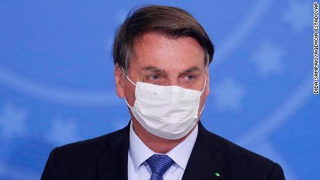 Jair Bolsonaro de Brasil da positivo por Covid-19 después de meses de descartar la gravedad del virus