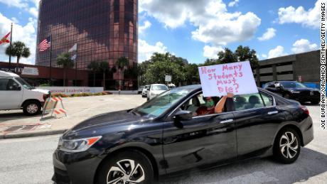 Los maestros protestaban frente a la sede de las Escuelas Públicas del Condado de Orange en Florida el martes.