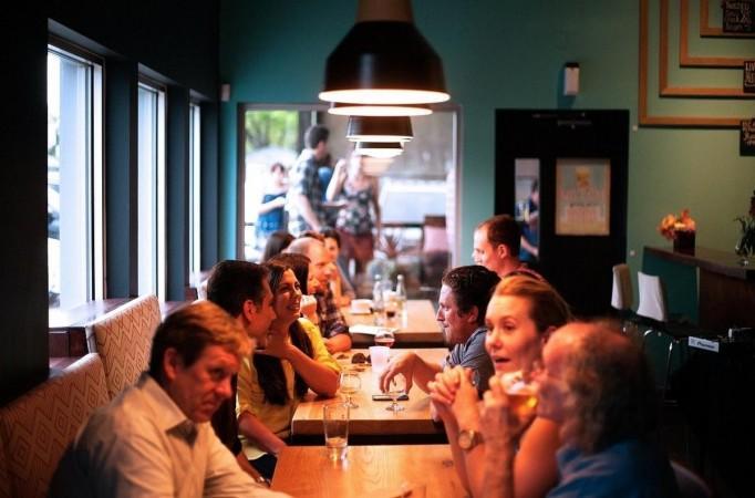 Gente cenando en un restaurante