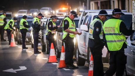 La policía se detiene e interroga a los conductores en un puesto de control el 8 de julio en Albury, Australia.