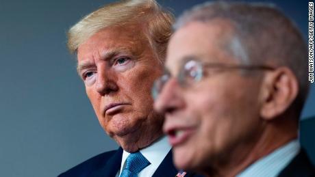 Trump ahora está en disputa abierta con funcionarios de salud mientras el virus arrecia