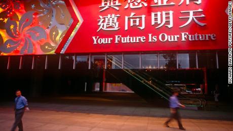 Una gran pancarta colgando sobre la entrada de HSBC el 30 de junio de 1997, el día antes del traspaso de Gran Bretaña a China en Hong Kong.