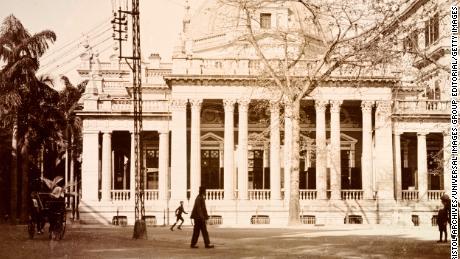 Una oficina de HSBC representada en Hong Kong, alrededor de 1903. La instalación fue construida en 1886 con un pórtico y una cúpula octogonal.